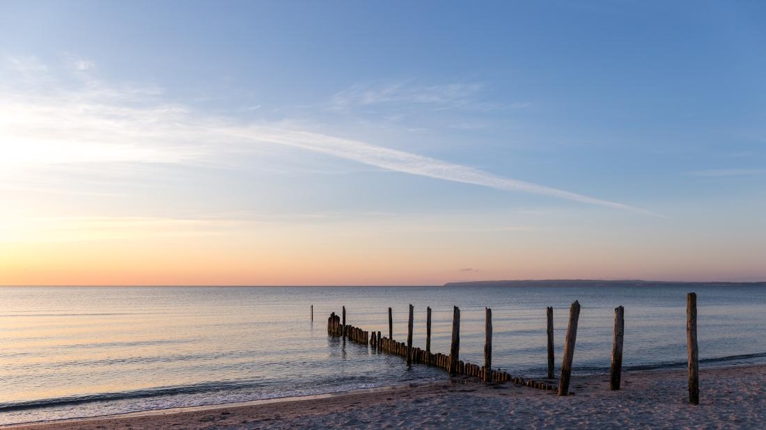 Reste eines alten Stegs am Strand von Juliusruh (Rügen)